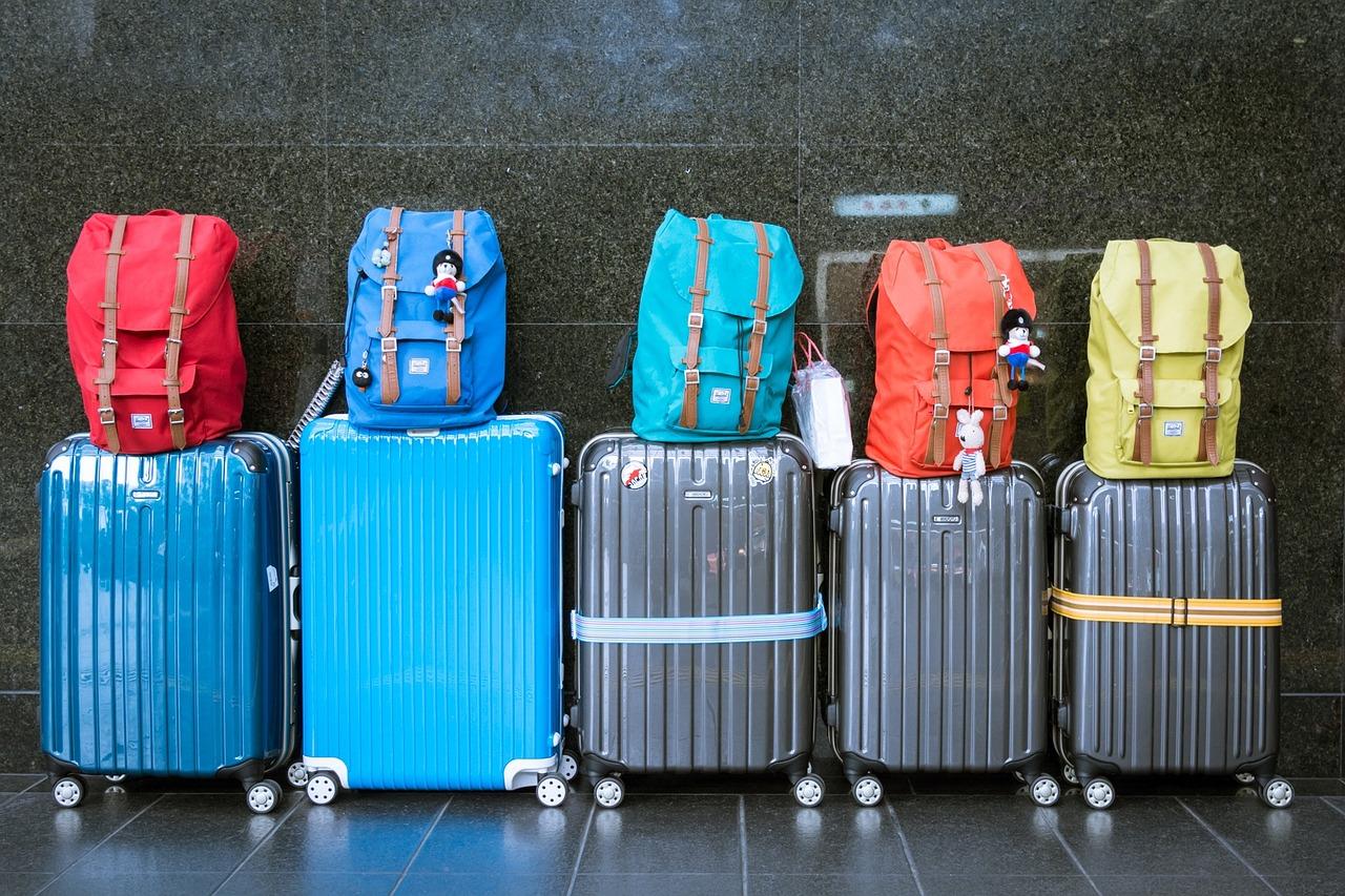 """旅行箱为何成了""""最热时尚配饰""""?从奢侈大牌到互联网品牌,各有各的打法"""