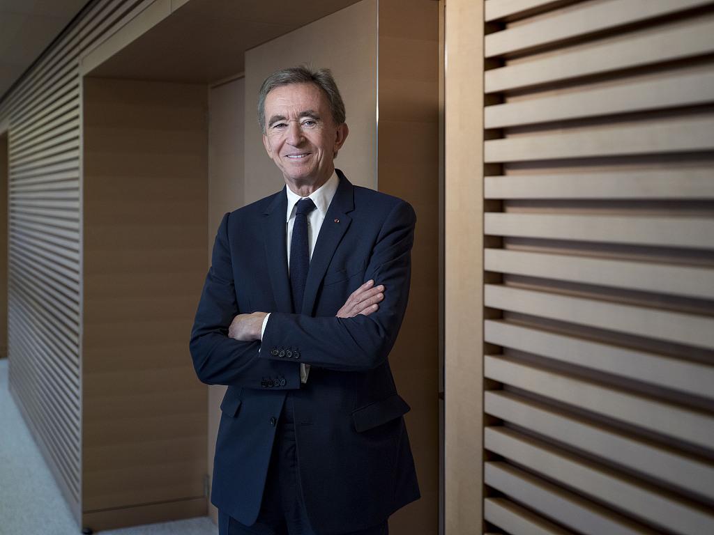超过巴菲特,LVMH集团主席 Bernard Arnault 跃居彭博亿万富豪指数榜单第三位