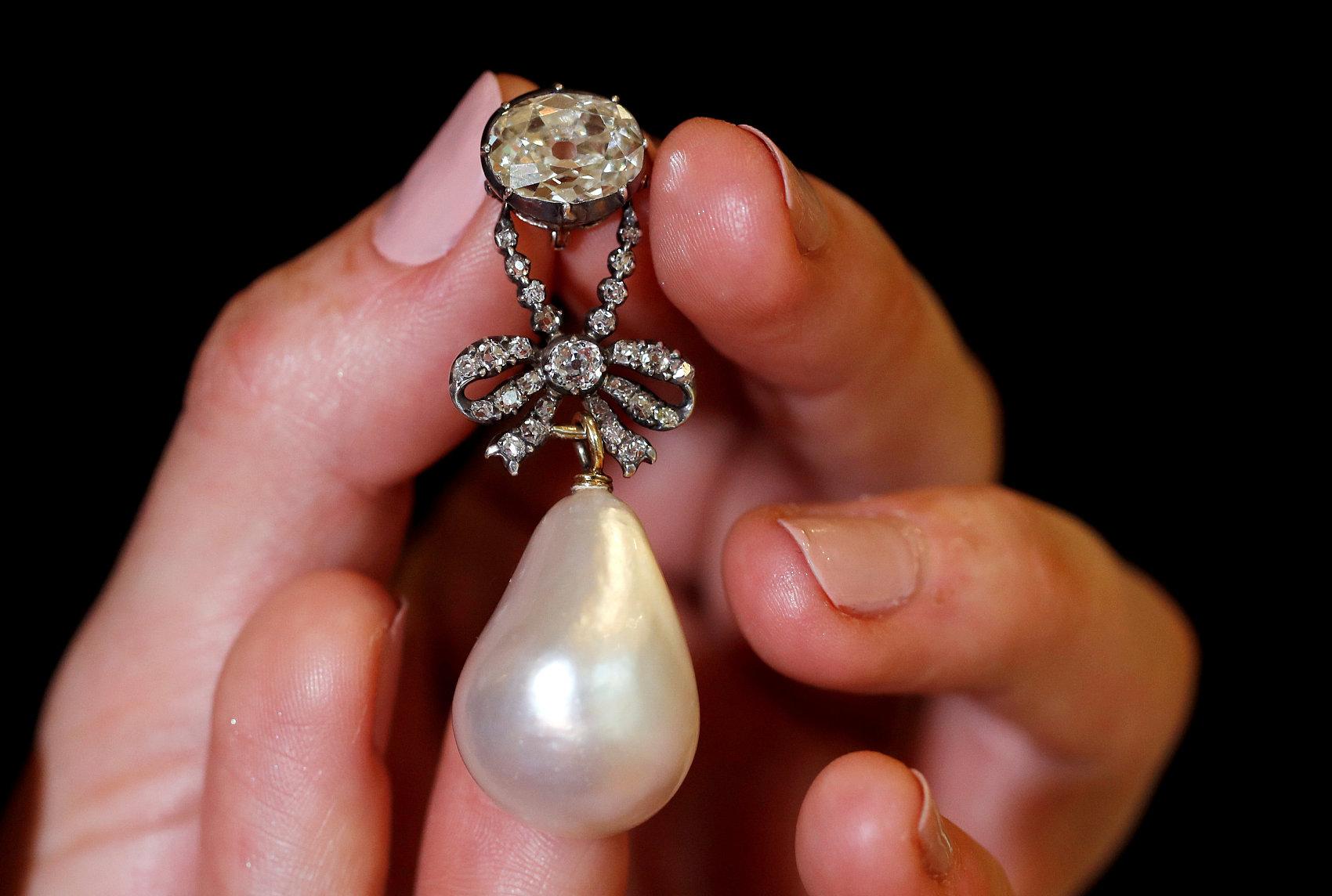 法国王后玛丽·安托瓦内特的珍珠吊坠拍出3600万美元的天价,创下天然珍珠最高纪录