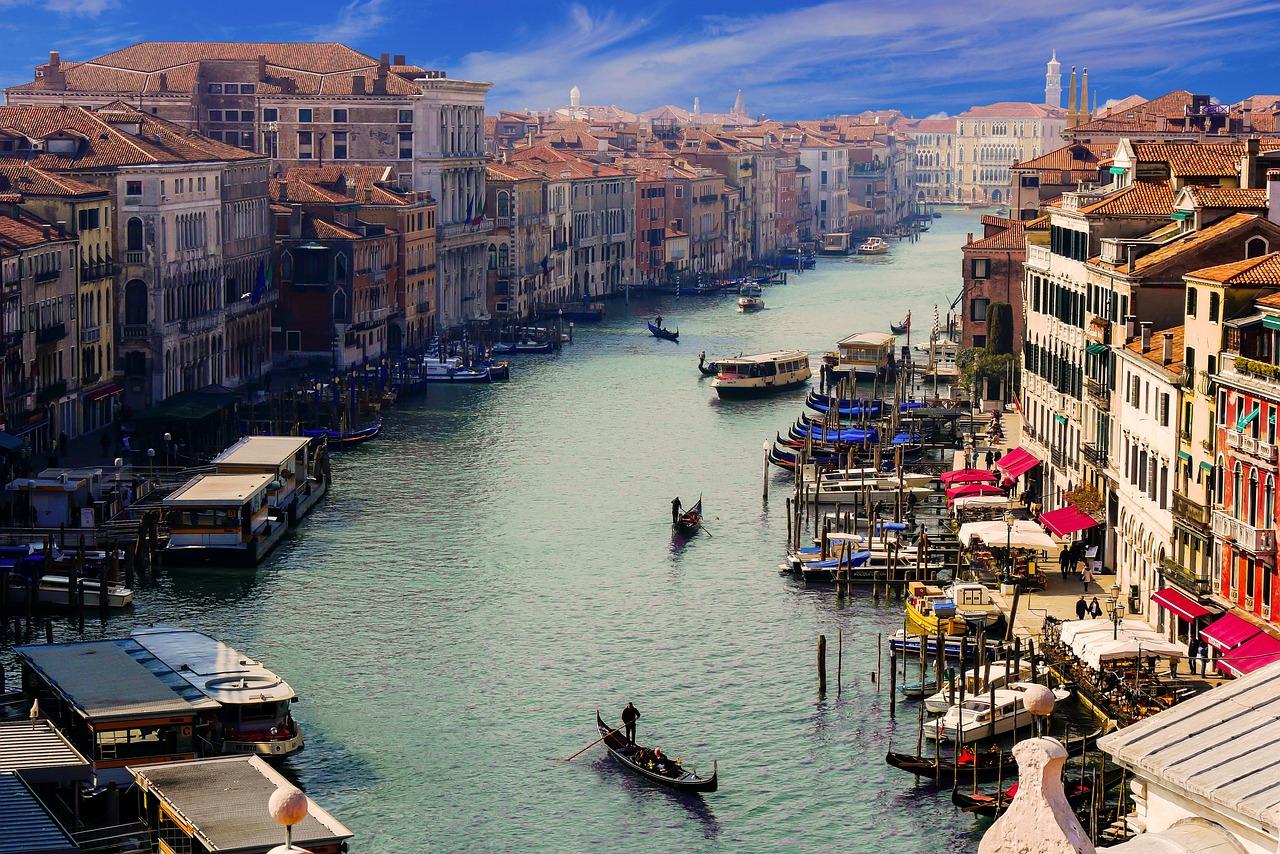 """不堪海量游人重负,威尼斯政府计划向一日游访客收取""""入城税"""""""