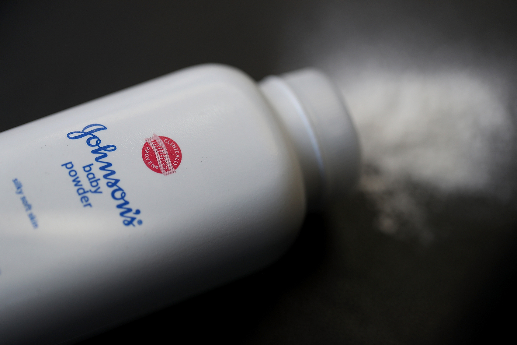 无力应对滑石粉致癌相关的1.5万起诉讼案件,强生集团的主要滑石粉供应商申请破产保护