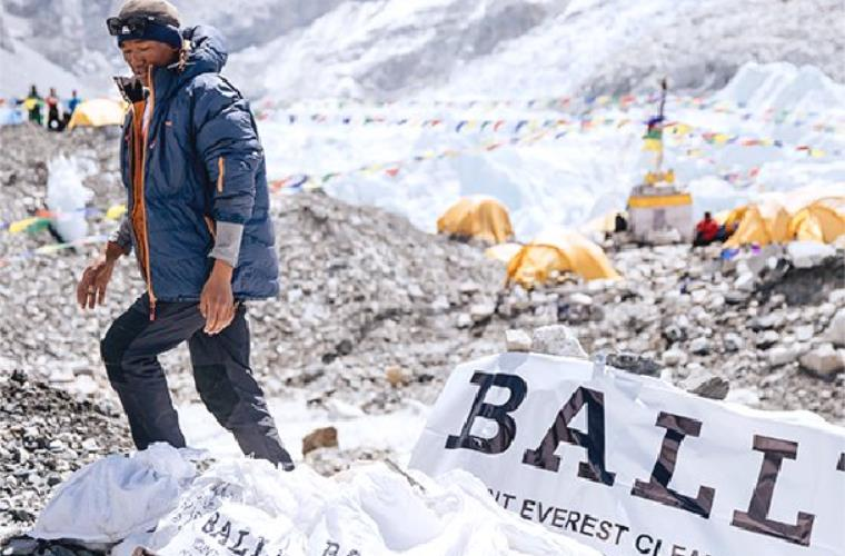瑞士奢侈品牌 Bally 派出的项目组从珠穆朗玛峰上清理了2吨垃圾!