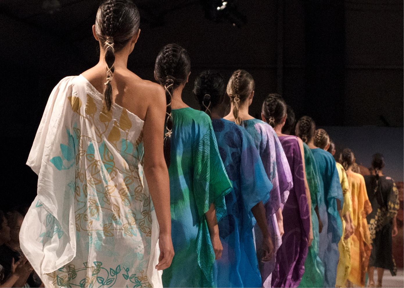 """原住民艺术与时尚融合,澳大利亚达尔文原住民艺术节上演""""民族风情""""时装秀"""