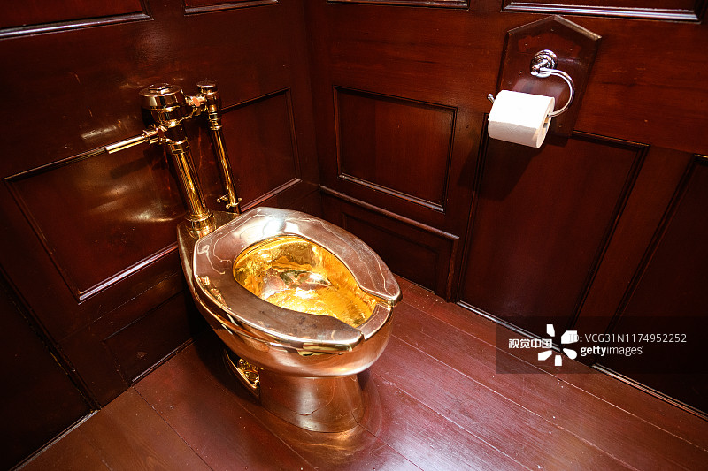 意大利鬼才艺术家创作的18K黄金马桶在英国展出时遭窃,价值超4000万元人民币