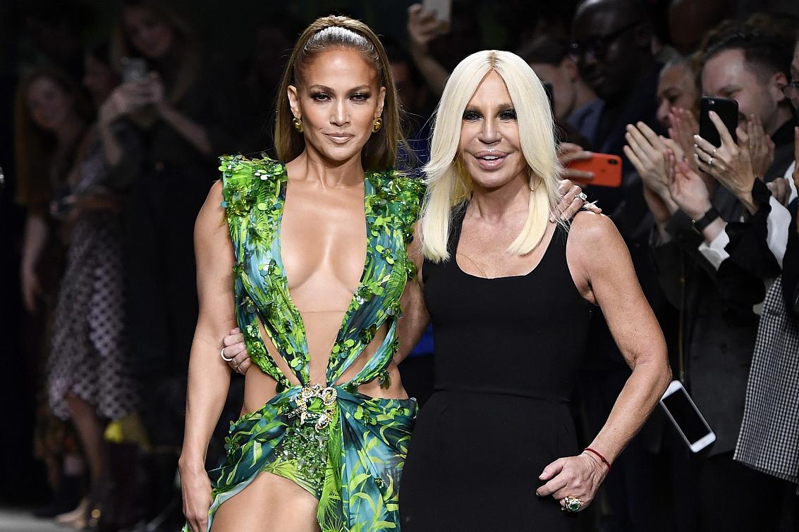 "Versace在米兰时装周重现20年前轰动一时的""丛林印花裙"",为何背后推手是Google?"