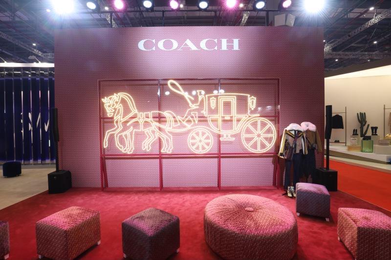 Coach 重启马车logo,全球首发放在了进博会!中国区总裁向《华丽志》详解最新战略