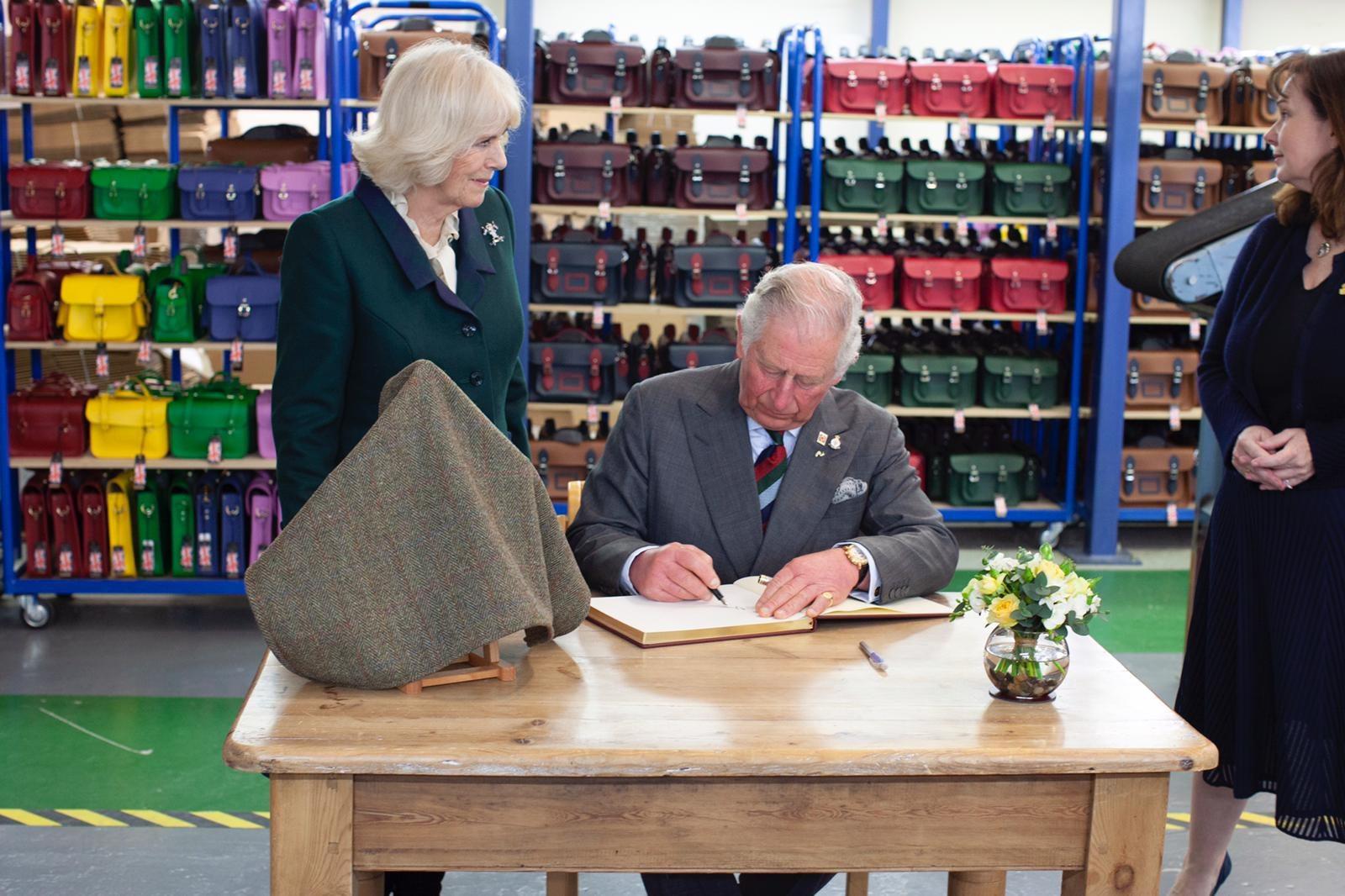 查尔斯王子参观剑桥包工厂,推出皇室特别系列支持慈善事业