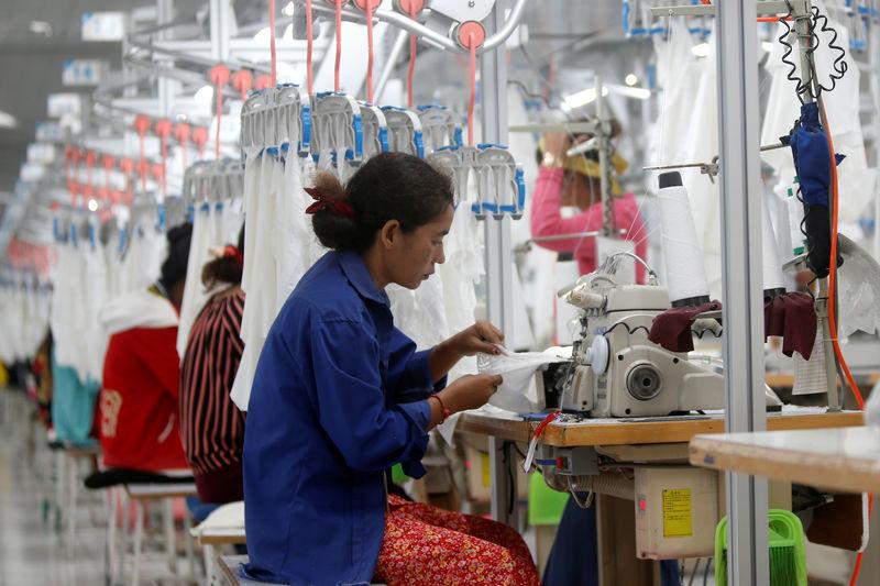 疫情导致中国原材料供应短缺,柬埔寨一批服装加工厂面临停产