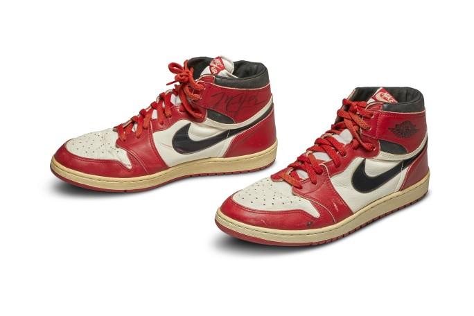 乔丹 AJ1亲签球鞋拍出56万美元,刷新史上最贵运动鞋纪录