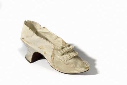 """凡尔赛宫拍卖会上,""""断头皇后""""的一只山羊皮鞋拍出34万元人民币"""