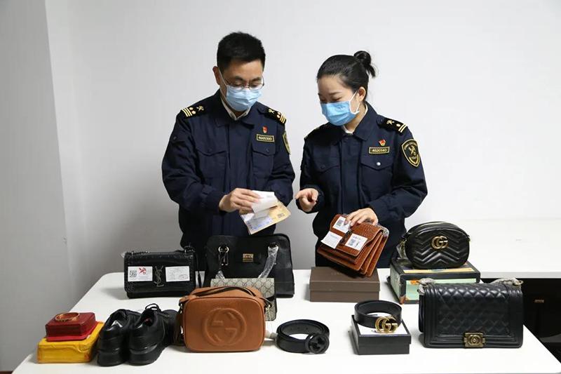 中国海关去年查获多起跨境假冒商品,涉及 Gucci、Chanel、Rolex、LV、Cartier等奢侈品牌