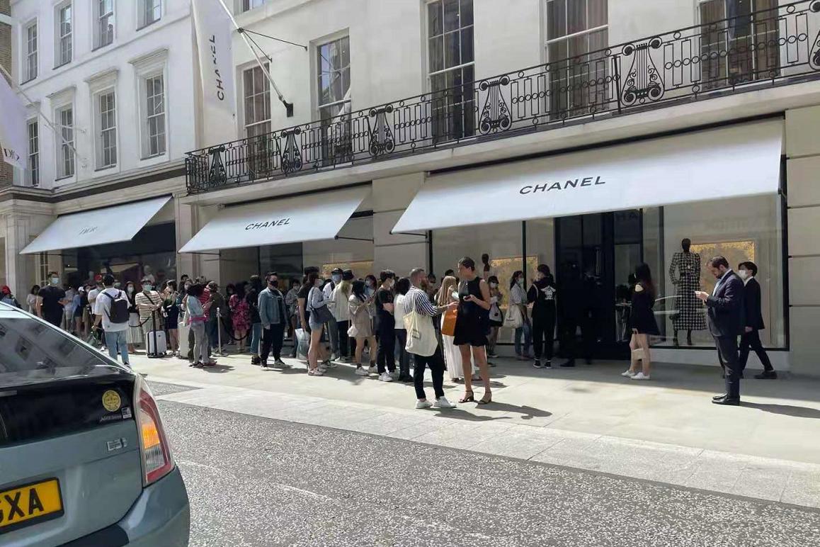 Chanel 高级工坊系列上新,伦敦旗舰店外购物人群排起长队