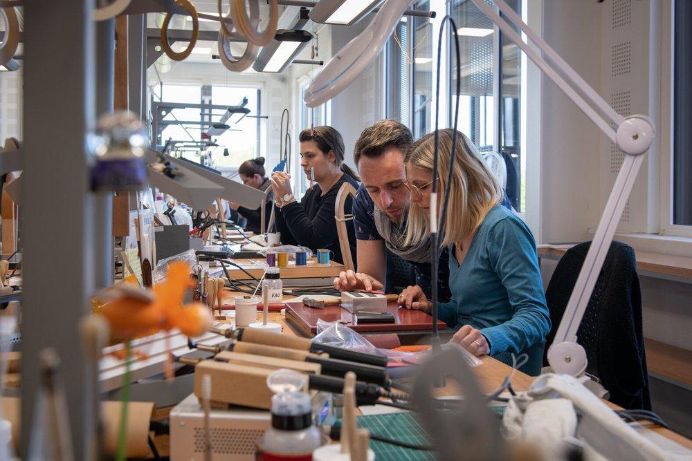 爱马仕开设皮具培训学校,毕业学徒有机会进入旗下19家皮具工坊工作